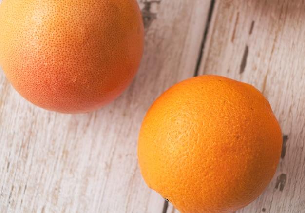 Gros plan sur différentes pelures de fruits, de deux espèces orange.flou lightaround