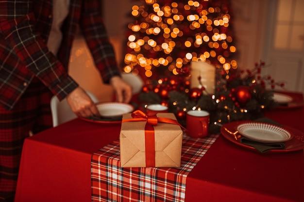 Gros plan sur le dîner de noël de cuisine décorée de façon festive