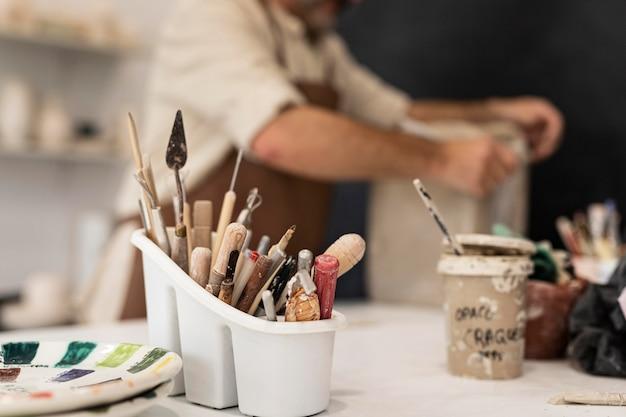 Gros plan sur la disposition des outils de poterie