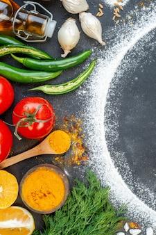Gros plan de divers aliments et espace libre avec de la farine autour sur une surface de couleur sombre