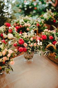 Gros plan de diverses belles fleurs dans un vase