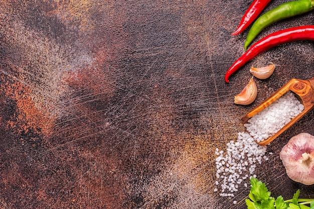 Gros plan sur diverses épices et herbes pour cuisiner