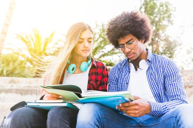 Gros plan, diversifié, jeune, masculin, et, étudiante, lecture livre