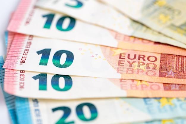 Gros plan sur dix et vingt billets en euros