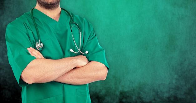 Gros plan, docteur, bras croisés