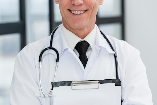 Gros plan, docteur masculin