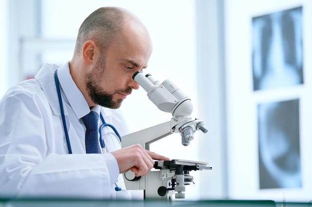 Gros plan, sur, docteur, regarder travers, a, microscope, dans, les, laboratoire