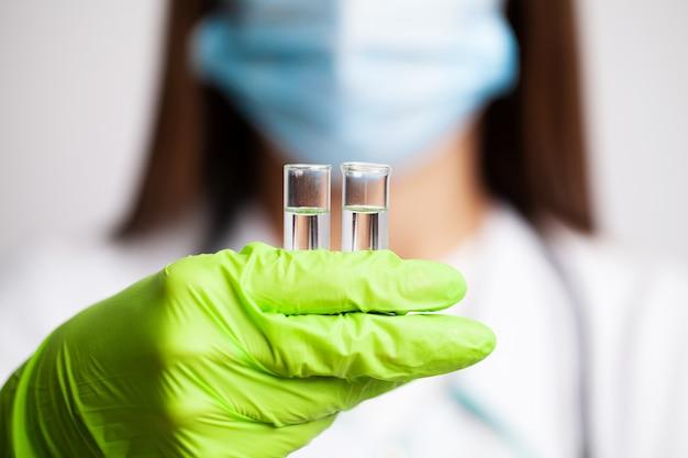 Gros plan, docteur, tenue, essai, tubes, vaccin
