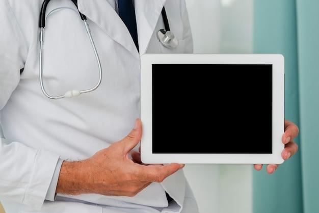 Gros plan, de, docteur, tenue, tablette, maquette