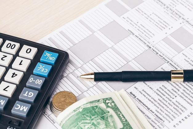 Le gros plan des documents comptables avec des pièces d'argent