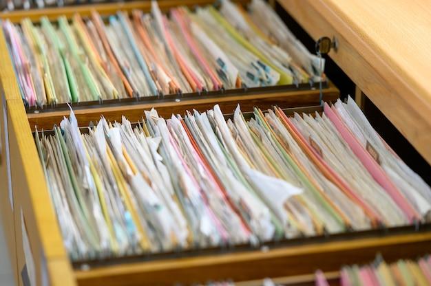 Gros plan des documents déposés au cabinet