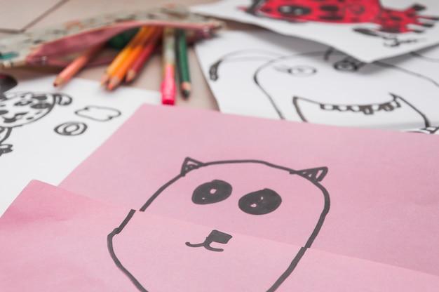 Gros plan doodles près de crayons