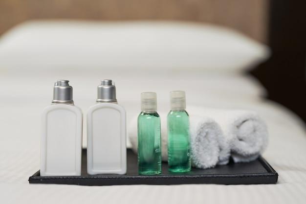Gros plan de la douche à l'hôtel sur le lit avec des oreillers en arrière-plan. concept de service hôtelier
