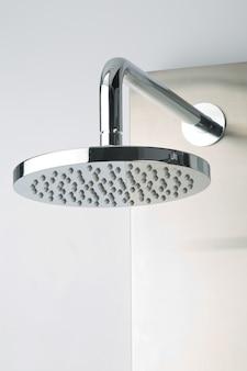 Gros plan d'une douche moderne en acier inoxydable chromé, pour une salle de bains moderne.