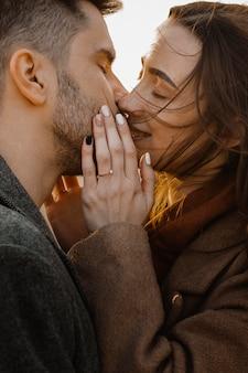 Gros plan, doux, couple, baisers