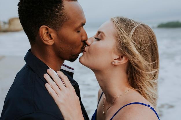 Gros plan d'un doux couple s'embrassant