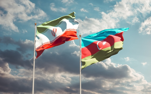Gros plan sur les drapeaux de l'iran et de l'azerbaïdjan