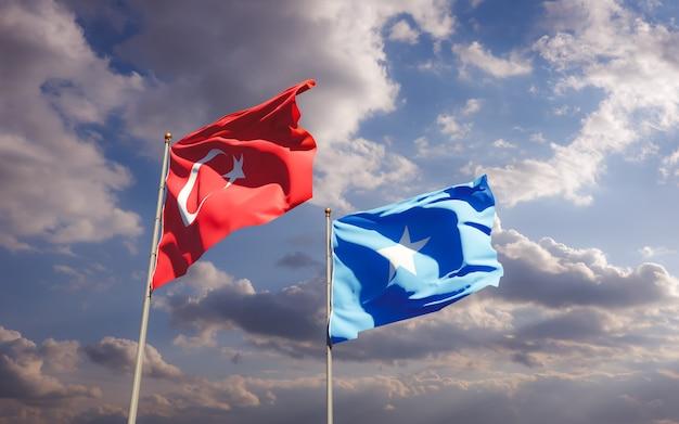 Gros plan sur les drapeaux de la somalie et de la turquie