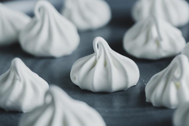 Gros plan du baiser merengue blanc fait maison.