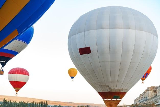 Gros plan du ballon à air chaud se préparer pour le vol