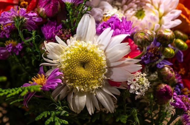 Gros plan du beau bouquet de fleurs aux couleurs vives