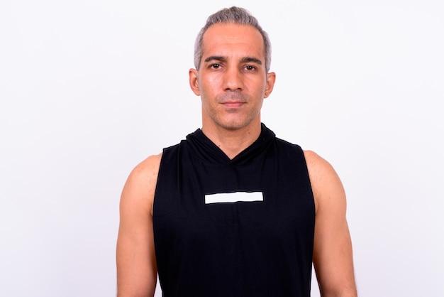 Gros plan du bel homme persan prêt pour gym isolé