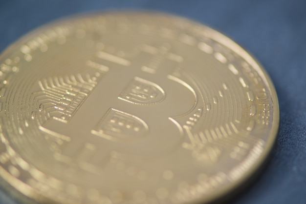 Gros plan du bitcoin doré, photo floue. monnaie électronique