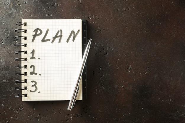 Gros plan du bloc-notes avec plan de travail sur le bureau