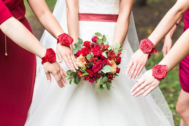 Gros plan du bouquet de mariée et demoiselles d'honneur