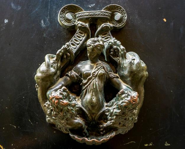Gros plan du bouton de porte décoratif de venise, italie