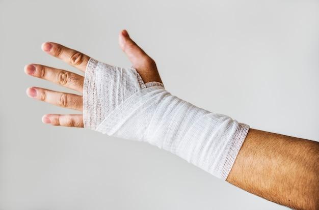 Gros plan du bras enveloppé de gaze médicale