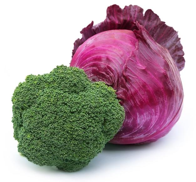 Gros plan du brocoli au chou rouge sur fond blanc