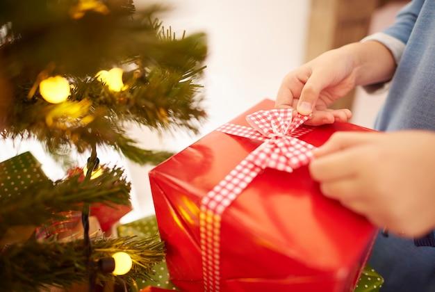 Gros plan du cadeau de noël rouge