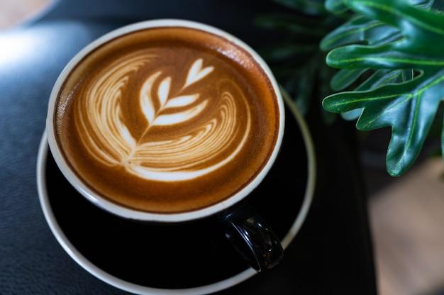 Gros plan du café latte art sur table en bois