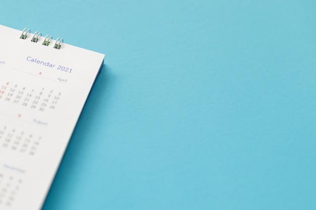 Gros plan du calendrier sur bleu