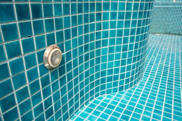Gros plan du carrelage bleu de la piscine. architecte et construction
