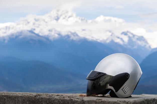 Gros plan du casque de moto avec chaîne de montagnes en arrière-plan. conduite libre, voyage en moto concept. stock photo.
