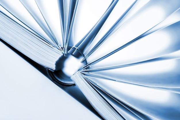 Gros plan du catalogue d'affaires ouvert avec reliure à anneaux. tonifié en bleu
