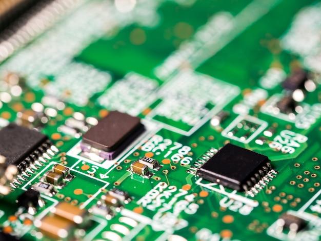 Gros plan du circuit avec circuits intégrés, résistances et condensateurs.