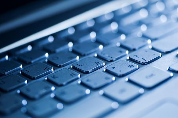 Gros plan du clavier d'un ordinateur portable moderne.