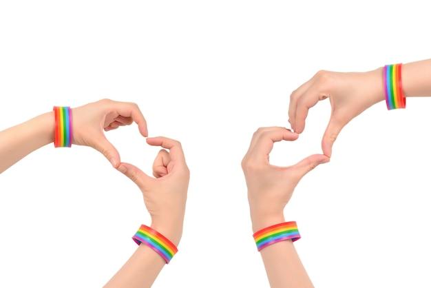 Gros plan du coeur fait par les mains de la femme à la peau pâle isolé sur blanc