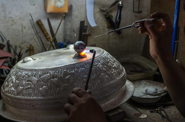 Gros Plan Du Collier Bijouterie Burning En Argent Photo Premium