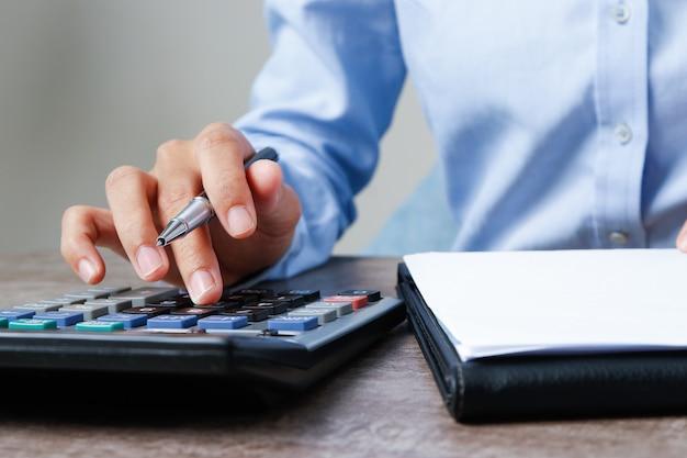 Gros plan du comptable à l'aide de la calculatrice