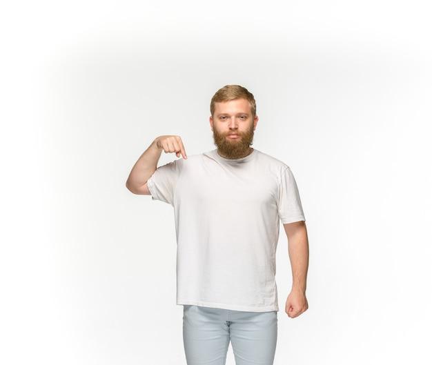 Gros plan du corps du jeune homme en t-shirt blanc vide isolé sur blanc.