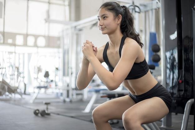 Gros plan du corps de la femme avec des vêtements de sport dans le fitness gy