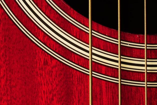 Gros plan du corps de la guitare rouge