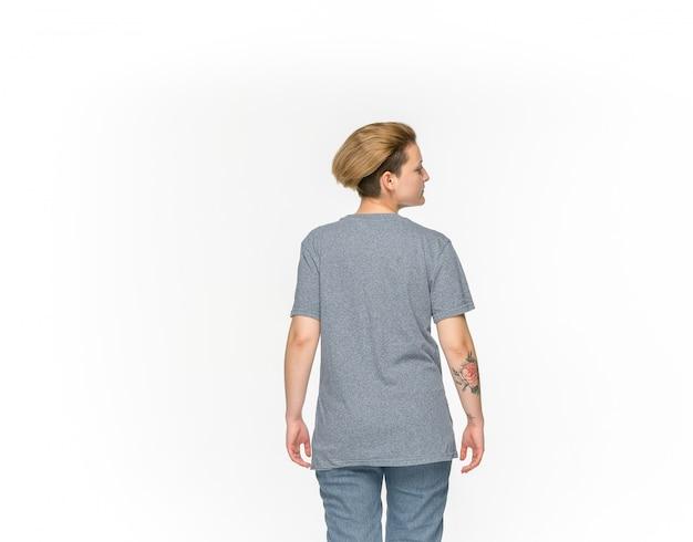 Gros plan du corps de la jeune femme en t-shirt gris vide isolé sur blanc