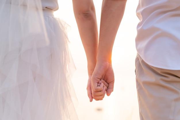 Gros plan du couple aimant main dans la main