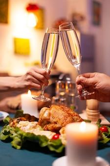 Gros plan du couple s'affrontant verre de vin pendant le dîner de noël