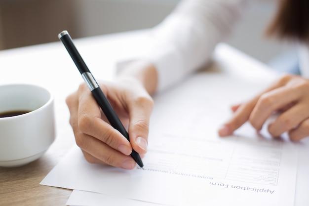 Gros plan du demandeur remplir le formulaire de demande